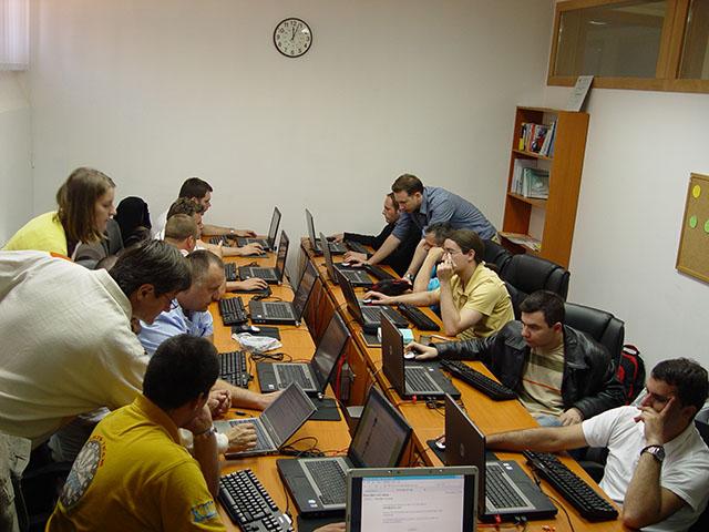 Studenten nehmen an Online-Webinar teil