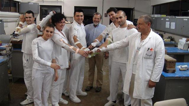 Workshop-Teilnehmer präsentieren ihre ausgearbeiteten Orthesen