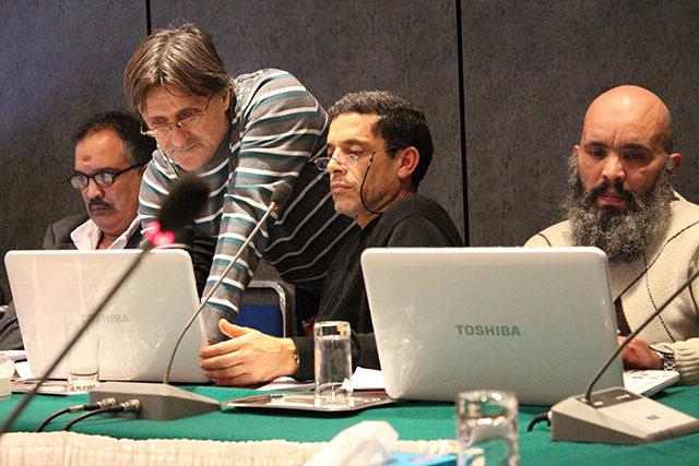 Studenten nehmen an einer Online-Konferenz teil