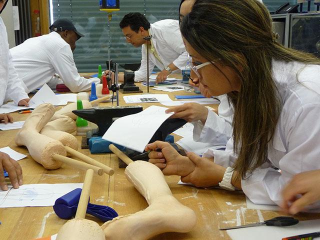 Studenten bei Orthesenproduktion während eines Workshops